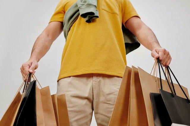hombre con bolsas de compra